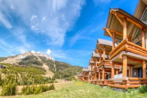 Saddle Ridge - 2, 3 & 4-BR Cabins, Condos & Homes :: Only 45 mins from Yellowstone & steps from dining and hiking. Enjoy luxury for less. Full kitchens, private hot tubs, fireplaces & outdoor grills.