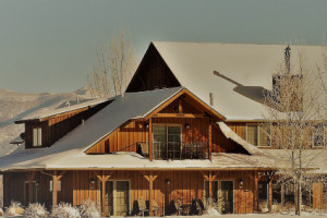 Boutique Hotel 10 minutes to Bozeman Airport : A favorite for travelers who want to relax on their first or last night in Bozeman, Gallatin River Lodge offers your choice of jacuzzi suites, lodge rooms & fine dining.